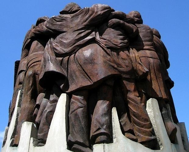 El abrazo de Juan Genovés - escultura
